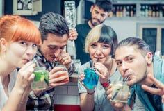 Amis ayant des cocktails dans une barre Photo libre de droits