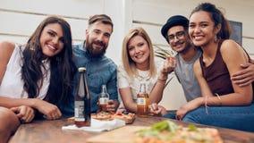 Amis ayant faire la fête sur le dessus de toit Photographie stock libre de droits