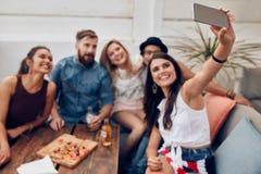 Amis ayant faire la fête sur le dessus de toit Images libres de droits