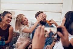 Amis ayant faire la fête sur le dessus de toit Image libre de droits