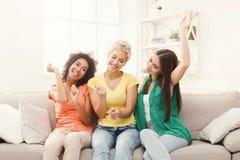Amis ayant l'amusement à la maison Photo libre de droits