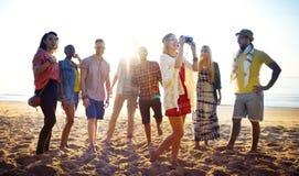 Amis ayant l'amusement à la plage Image libre de droits