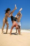Amis ayant l'amusement à la plage Images libres de droits