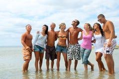 Amis ayant l'amusement à la plage Photographie stock libre de droits
