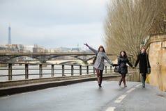 Amis ayant l'amusement à Paris Photographie stock