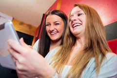 Amis ayant l'amusement à un café Photo libre de droits