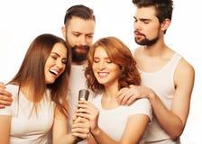 Amis ayant l'amusement au karaoke Images stock