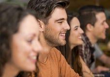 Amis ayant l'amusement au restaurant Image libre de droits