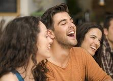 Amis ayant l'amusement au restaurant Images libres de droits