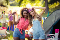 Amis ayant l'amusement au terrain de camping Photos libres de droits