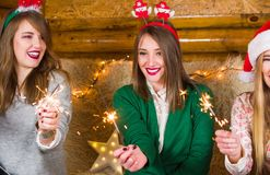 Amis ayant l'amusement avec des étincelles du feu sur la partie à la maison Photographie stock