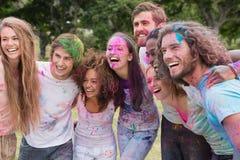 Amis ayant l'amusement avec la peinture de poudre Photos stock