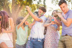 Amis ayant l'amusement avec la peinture de poudre Image stock