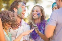 Amis ayant l'amusement avec la peinture de poudre Photographie stock