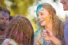 Amis ayant l'amusement avec la peinture de poudre Photo libre de droits