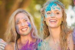 Amis ayant l'amusement avec la peinture de poudre Photo stock