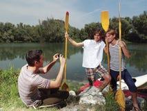Amis ayant l'amusement chez dimanche près de la rivière Photo libre de droits
