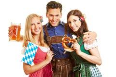 Amis ayant l'amusement chez Oktoberfest Photo libre de droits