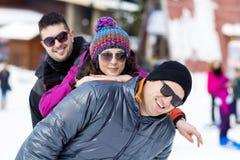 Amis ayant l'amusement dans la montagne d'hiver Amusement de l'hiver Image stock