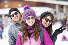 Amis ayant l'amusement dans la montagne d'hiver Amusement de l'hiver Photo libre de droits