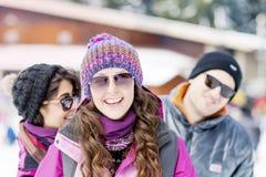 Amis ayant l'amusement dans la montagne d'hiver Amusement de l'hiver Photographie stock libre de droits