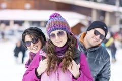 Amis ayant l'amusement dans la montagne d'hiver Amusement de l'hiver Photo stock