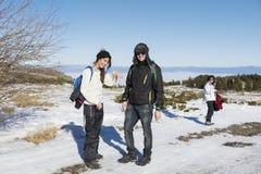 Amis ayant l'amusement dans la montagne d'hiver Amusement de l'hiver Image libre de droits