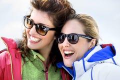 Amis ayant l'amusement dans la neige Photos libres de droits