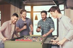 Amis ayant l'amusement dans le bar Photographie stock