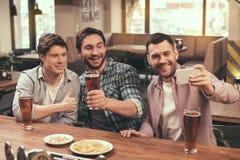 Amis ayant l'amusement dans le bar Photos libres de droits
