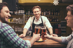 Amis ayant l'amusement dans le bar Photographie stock libre de droits