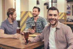 Amis ayant l'amusement dans le bar Image stock