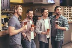 Amis ayant l'amusement dans le bar Photo libre de droits