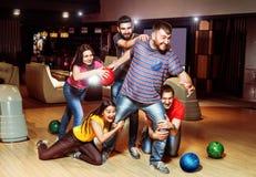 Amis ayant l'amusement dans le bowling Image stock