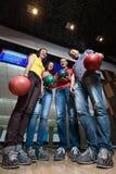 Amis ayant l'amusement dans le bowling Image libre de droits