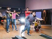 Amis ayant l'amusement dans le bowling Photos stock