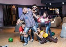 Amis ayant l'amusement dans le bowling Images libres de droits