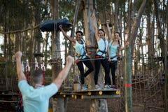 Amis ayant l'amusement dans le parc Photographie stock libre de droits