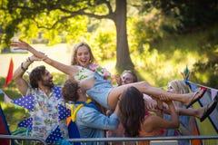 Amis ayant l'amusement dans le parc Photo stock