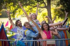 Amis ayant l'amusement dans le parc Images libres de droits