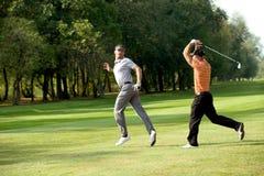 Amis ayant l'amusement dans le terrain de golf Photographie stock libre de droits