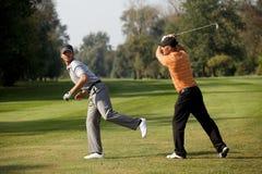 Amis ayant l'amusement dans le terrain de golf Photos libres de droits