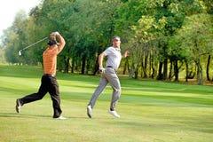 Amis ayant l'amusement dans le terrain de golf Photos stock