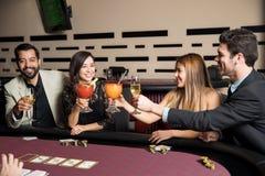 Amis ayant l'amusement dans un casino Image libre de droits