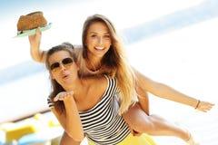 Amis ayant l'amusement dehors en été Image stock