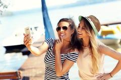 Amis ayant l'amusement dehors en été Photographie stock
