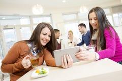 Amis ayant l'amusement en café Image libre de droits