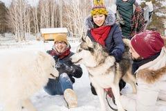 Amis ayant l'amusement en hiver Image stock
