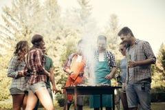 Amis ayant l'amusement en nature Photos libres de droits