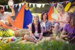 Amis ayant l'amusement ensemble au terrain de camping Images libres de droits